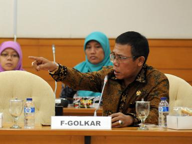 Anggota F-PDIP, Masinton Pasaribu saat memberikan pertanyaan kepada Dirut JICT, Dani Ruslipada sidang pansus angket Pelindo II di Gedung DPR Jakarta, Rabu (25/11/2015). Sidang meminta keterangan dari tiga pejabat JICT. (Liputan6.com/Helmi Fithriansyah)