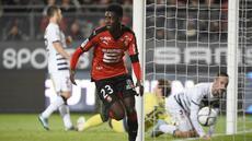 Barcelona dikabarkan Sport.es sangat serius memburu tanda tangan penyerang muda Rennes, Ousmane Dembele. Manajemen Los Cules telah menyiapkan dana hingga Rp 144 miliar demi bisa mendapatkan tanda tangan pemain 18 tahun tersebut. (AFP/Damien Meyer)