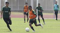 Pemain Timnas Indonesia U-22, Todd Rivaldo, menggiring bola saat latihan di Stadion Madya, Jakarta, Selasa (8/1). Latihan ini merupakan persiapan jelang Piala AFF U-22. (Bola.com/Vitalis Yogi Trisna)