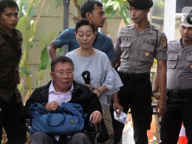 Dua terpidana suami istri Dirut PT Wijaya Kusuma Emindo (WKE) Budi Suharto dan Direktur PT WKE Lily Sundarsih W tiba di Gedung KPK, Jakarta, Senin (14/10/2019). Keduanya diperiksa sebagai saksi untuk tersangka Komisaris PT Minarta Dutahutama, Leonardo Jusminarta Prasetyo. (merdeka.com/Dwi Narwoko)