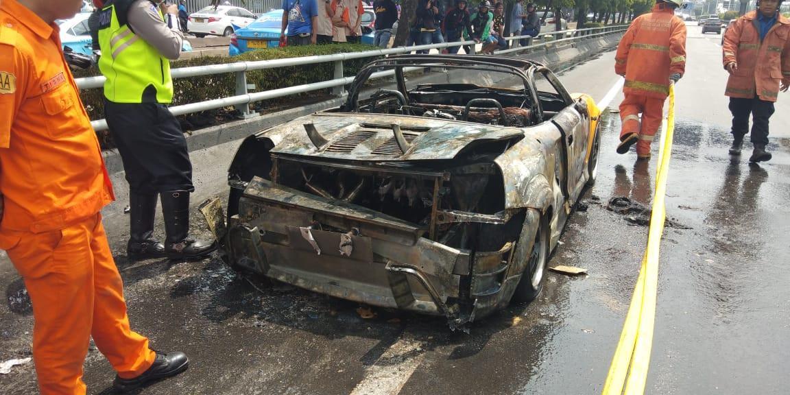 Bagian belakang mobil sport hangus terbakar