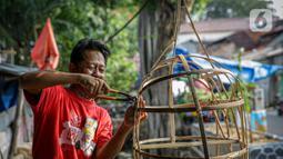 Perajin Ondel-ondel menyelesaikan pembuatan boneka khas Betawi itu di Kramat Pulo, Jakarta, Senin (7/6/2021). Jelang HUT DKI Jakarta ke-494, jumlah permintaan kesenian ondel-ondel meningkat. Eksistensinya pun masih terjaga hingga kini. (Liputan6.com/Faizal Fanani)