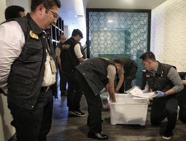 Satgas Anti Mafia Bola Polri mengamankan barang bukti hasil penggeledahan dari kantor PSSI. (Liputan6.com/Faizal Fanani)