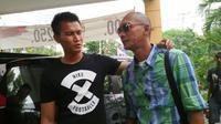 Markus Horison ngobrol santai dengan kiper Mitra Kukar, Shahar Ginanjar, di Solo. (Bola.com/Nicklas Hanoatubun)