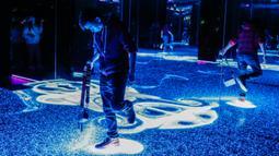 Pengunjung bermain dalam sebuah instalasi seni di Museum Wndr, Chicago, Amerika Serikat, Minggu (23/2/2020). Museum Wndr menampilkan 'Infinity Mirror Room' karya Yayoi Kusama dan sejumlah instalasi seni lainnya yang memadukan seni dan ilmu pengetahuan. (Xinhua/Joel Lerner)
