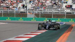 Pembalap Mercedes Lewis Hamilton memimpin balapan F1 GP Rusia di Sochi Autodrom, Sochi, Minggu (29/9/2019). Hamilton menjadi juara dan mengakhiri rentetan kemenangan Ferrari dalam tiga balapan F1 sebelumnya. (AP Photo/Luca Bruno)