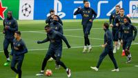 Gelandang Manchester United (MU), Paul Pogba (dua kiri) menggiring bola saat berlatih bersama rekan setimnya jelang menghadapi Barcelona pada leg kedua babak perempat final Liga Champions 2018/19 di Stadion Camp Nou, Barcelona, Senin (15/4). (AP Photo/Joan Monfort)