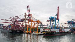 Suasana aktivitas bongkar muat peti kemas di Pelabuhan Tanjung Priok, Jakarta Utara, Kamis (21/1/2021). BI 7-day Reverse Repo Rate konsisten dengan perkiraan inflasi tetap rendah dan stabilitas eksternal terjaga sebagai upaya bersama mendukung pemulihan ekonomi nasional. (Liputan6.com/Faizal Fanani)
