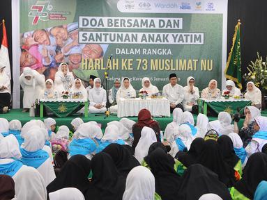 Suasana doa bersama dan santunan anak yatim yang diselenggarakan Muslimat NU di kompleks SUGBK, Jakarta, Sabtu (26/1). Acara ini sebagai rangkaian peringatan Harlah ke-73 Muslimat NU. (Liputan6.com/Herman Zakharia) (Liputan6.com/Herman Zakharia)