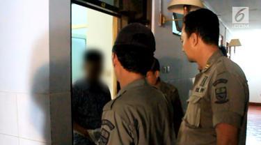 Satpol PP Kota Cirebon lakukan razia di hotel melati. Petugas temukan 5 pasangan mesum, serta satu pasangan yang kabur meninggalkan celana di kasur.