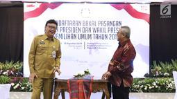 Mendagri, Tjahjo Kumolo (kiri) bersama Ketua KPU, Arief Budiman saat meninjau ruang pendaftaran bakal capres/cawapres Pemilu 2019 di Gedung KPU Pusat, Jakarta, Senin (6/8). Pendaftaran akan ditutup 10 Agustus mendatang. (Liputan6.com/Helmi Fithriansyah)