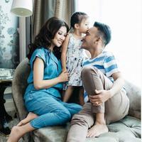 Ruben Onsu-Sarwendah dan Thalia di rumah mereka. (dok.Instagram @sarwendah29/https://www.instagram.com/p/BoajhZ8n9Bk/Henry