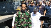 Presiden Joko Widodo (Jokowi) didampingi Menteri Pekerjaan Umum dan Perumahan Rakyat, Basuki Hadimuljono meninjau lokasi reruntuhan bangunan akibat gempa dan tsunami di Kota Palu, Sulawesi Tengah, Minggu (30/9). (Liputan6.com/Septian Deny)