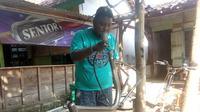 Adhi Aprianto (28), pemuda desa di Blora meraup untung berlipat ganda dari hasil menyulap barang rongsokan menjadi sepeda minion kekinian yang cantik. (Liputan6.com/ Ahmad Adirin)