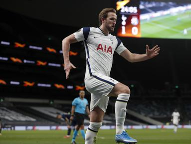 Striker Tottenham Hotspur, Harry Kane berselebrasi usai mencetak gol ke gawang Dinamo Zagreb pada pertandingan leg pertama babak 16 besar Liga Europa di Tottenham Hotspur Stadium, London, Inggris, Jumat (12/3/2021).Kane memborong dua gol di menit ke-25 dan ke-70. (AP Photo/Alastair Grant, Pool)