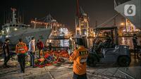 Petugas memindahkan serpihan Sriwijaya Air SJ 182 di Terminal JICT 2, Tanjung Priok, Jakarta, Kamis (21/1/2020).  Serpihan Sriwijaya Air SJ 182 dipindahkan dari Terminal JICT 2 ke kantor KNKT untuk dilakukan pemeriksaan dan identifikasi. (Liputan6.com/Faizal Fanani)