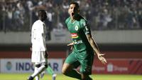 Gelandang PSS Sleman, Brian Ferreira, merayakan gol yang dicetaknya ke gawang Arema FC pada laga Liga 1 2019 di Stadion Maguwoharjo, Sleman, Rabu (15/5). PSS menang 3-1 atas Arema. (Bola.com/Yoppy Renato)