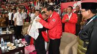 Presiden Joko Widodo atau Jokowi menyalami atlet pencak silat peraih emas Asian Games 2018 Hanifan Yudani disaksikan Ketua Umum Pengurus Besar Ikatan Pencak Silat Indonesia (IPSI) Prabowo Subianto, Jakarta, Rabu (29/8). (Liputan6.com/HO/Biro Pers Setpres)