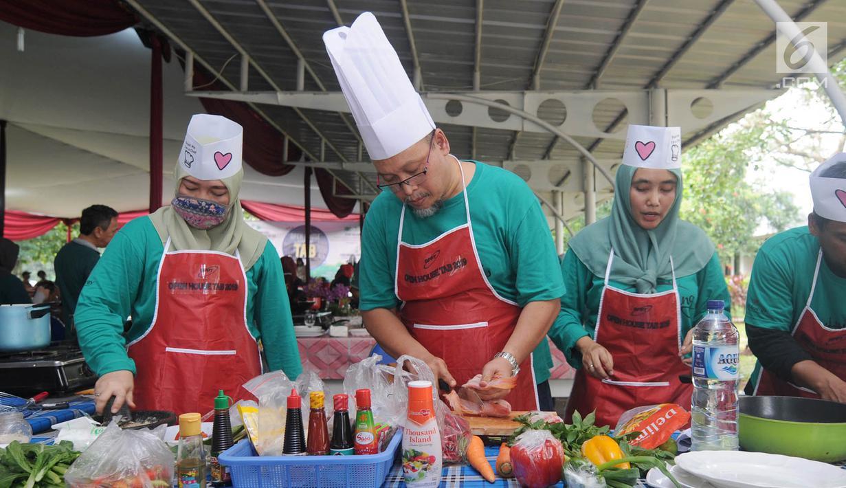 Karyawan Badan Pengkajian dan Penerapan Teknologi (BPPT) beradu cepat saat lomba masak di Puspitek, Setu, Tangerang Selatan, Kamis (24/1). Lomba masak ini bertema 'Masakan Nusantara'. (Merdeka.com/Arie Basuki)
