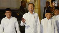 Pasangan capres-cawapres nomor urut 01 Joko Widodo (tengah) dan Ma'ruf Amin (kanan) menyapa wartawan saat tiba di kediaman Ma'ruf Amin, Menteng, Jakarta, Kamis (27/6/2019). Jokowi menjemput Ma'ruf untuk nonton bareng sidang putusan MK di Lanud Halim Perdanakusuma. (Liputan6.com/Herman Zakharia)
