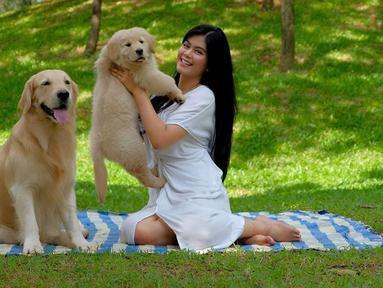 Resyana Hikmayudi mengajak binatang peliharaannya untuk piknik nih. Resyana diketahui memiliki 2 anjing berjenis golden retriever untuk menemani kesehariannya. (Liputan6.com/IG/@resyanahikmayudi)