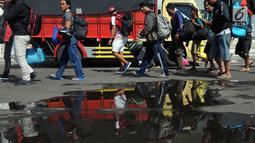 Penumpang turun dari KM Dharma Ferry VII di Dermaga Gapura Surya Nusantara, Pelabuhan Tanjung Perak, Surabaya, Jawa Timur, Kamis (30/5/2019). Memasuki H-6 Idul Fitri, pemudik yang berasal dari luar pulau Jawa mulai berdatangan. (merdeka.com/Dwi Narwoko)