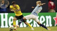 Pemain Dortmund, Christian Pulisic (kiri) mencoba melewati pemain Manchester City, Oleksandr Zinchenko pada laga International Champions Cup 2018 di Soldier Field, Chicago, (20/7/2018), waktu setempat. Drtmund menang 1-0. (AP/Annie Rice)
