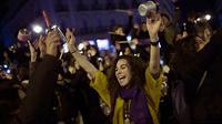Demonstran melakukan mogok kerja dengan menggelar protes untuk memperingati Hari Perempuan Internasional di Pamplona, Spanyol, Kamis (8/3). Sambil turun ke jalan, para wanita tersebut membawa serta panci dan wajan dari rumah. (AP/Alvaro Barrientos)