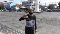 Lilik mengawali aksinya dengan berjalan kaki dari Pal Putih Yogyakarta, menuju Mapolda Jawa Tengah dan berakhir di Kantor Gubernur Jawa Tengah Ganjar Pranowo. (Liputan6.com/ Ahmad Adirin)