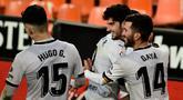 Gelandang Valencia, Goncalo Guedes (kedua kiri) berselebrasi usai mencetak gol pada menit 90+1 ke gawang Villareal pada pertandingan lanjutan La Liga Spanyol di  stadion Mestalla di Valencia (6/3/2021). Valencia menang atas Villareal 2-1 berkat dua gol di penghujung laga. (AFP/Jose Jordan)