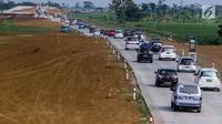 Kendaraan pemudik memadati ruas tol fungsional (tol darurat) Brebes Timur-Pemalang di Tegal, Jawa Tengah, Jumat (30/6). Selama arus balik dari arah Jawa Tengah menuju Jakarta, jalan tol darurat ini akan dibuka 24 jam. (Liputan6.com/Faizal Fanani)