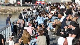 Orang-orang menikmati hari yang cerah di Tel Aviv, Israel, pada 26 Desember 2020. Kementerian Kesehatan Israel melaporkan 3.624 kasus baru COVID-19, sehingga totalnya bertambah menjadi 398.015 kasus. (Xinhua/JINI/Gideon Markowicz)