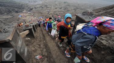 Warga suku Tengger mendaki Gunung Bromo untuk melaksanakan upacara Kasada, Probolinggo, Kamis (21/6). Di puncak Gunung Bromo warga akan melemparkan sesaji berupa hasil bumi sebagai wujud syukur pada Sang Hyang Widi. (Liputan6.com/Helmi Fithriansyah)