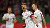 Pemain Bayern Munchen, Thomas Muller, merayakan golnya ke gawang Bayer Leverkusen pada babak semifinal Piala DFB Pokal di BayArena, Rabu (18/4/2018) dini hari WIB.  (AP Photo/Martin Meissner)