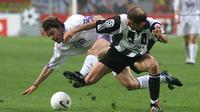 Gelandang Juventus, Zinedine Zidane, berebut bola dengan bek Real Madrid, Manuel Sanchis, pada laga Liga Champions di Stadion Amsterdam Arena, Amsterdam, Kamis (21/5/1998). (AFP/Jacques Demarthon)