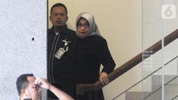 Mantan Wakil Ketua Komisi VII DPR RI Eni Maulani Saragih (kanan) usai menjalani pemeriksaan di Gedung KPK, Jakarta, Kamis (10/10/2019). Eni diperiksa sebagai saksi untuk tersangka Samin Tan terkait kasus dugaan suap terminasi kontrak PKP2B di Kementerian ESDM. (merdeka.com/Dwi Narwoko)