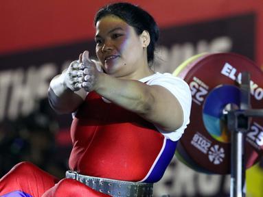Atlet Para Powerlifting Indonesia, Nurtani Purba bersiap melakukan angkatan beban di kelas Womens Up 73kg Asian Para Games 2018 di Jakarta, Rabu (10/10). Nurtani Purba meraih perak dengan total angkatan 1115 kg. (Liputan6.com/Helmi Fithriansyah)