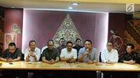 Ketum INACA Ari Askhara ( tiga kanan) memberi keterangan terkait penerapan tarif batas atas dan bawah pada maskapai penerbangan di Jakarta, Minggu (13/1). Ari mengatakan rentang penurunan berada di atas 20 hingga 60 persen. (Liputan6.com/Herman Zakharia)