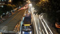Bus Transjakarta saat menurunkan dan menaiikkan penumpang di kawasan Manggarai, Jakarta, Senin (1/8). Masih banyaknya pengendara nakal yang menerobos jalur Transjakarta yang tak terjaga. (Liputan6.com/Yoppy Renato)