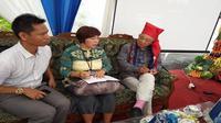 Duta WHO, Yohei Sasakawa (topi merah dan kaus kaki merah jambu), Tidak Pernah Menyerah Mengingatkan Masyarakat Akan Stigma Terhadap Pasien Kusta (Liputan6.com/Nilam Suri/Gowa)