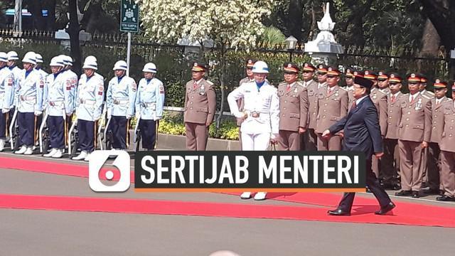 Menteri Pertahanan Prabowo Subianto tiba di Kantornya. Dia mendapat sambutan dengan upacara militer di kantor barunya itu.
