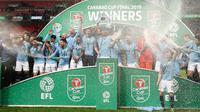 Pemain Manchester City merayakan setelah memenangkan pertandingan final Piala Liga Inggris melawan Chelsea di Wembley, Minggu (24/2). Manchester City dipaksa bertarung hingga babak adu penalti untuk mengandaskan perlawanan Chelsea. (AP/Alastair Grant)