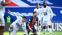 Gelandang Lille, Benjamin Andre (kiri) berjibaku dengan bintang Paris Saint-Germain Neymar pada laga di Parc des Princes Stadium, 3 April 2021. (Frank FIfe/AFP)