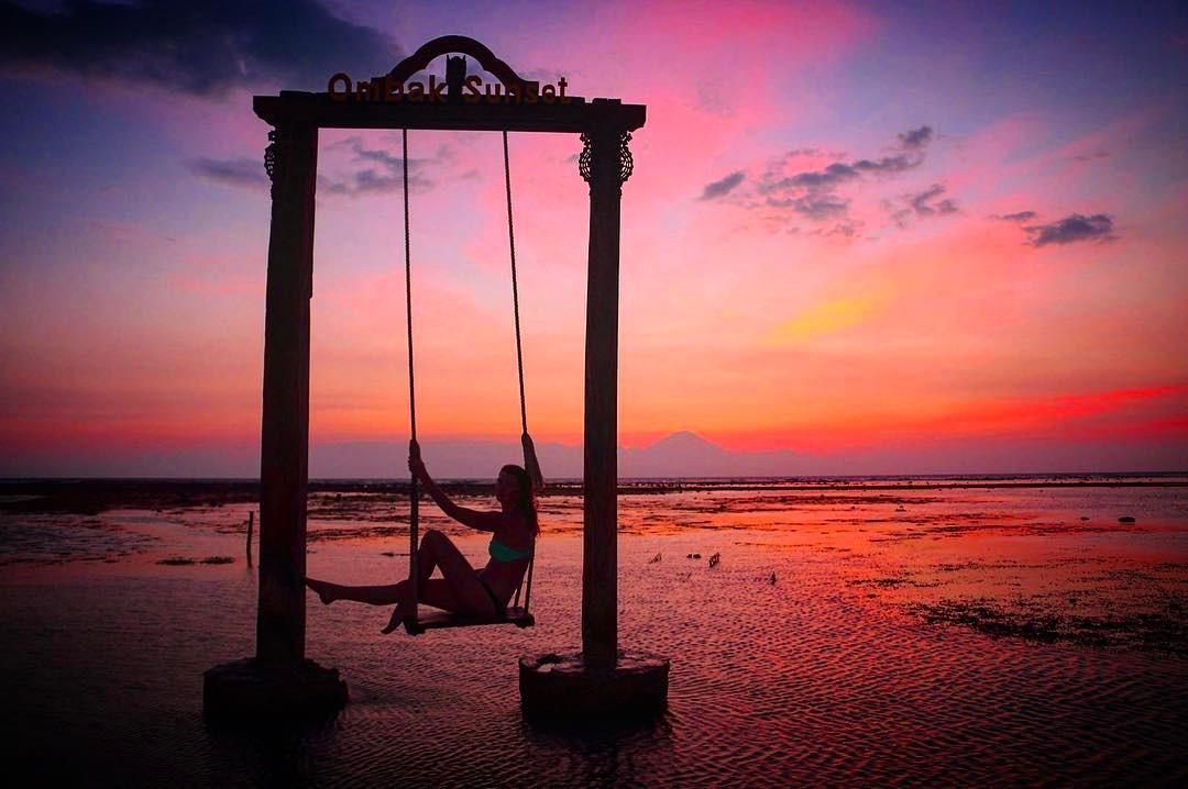 Pantai Ombak Sunset, Lombok, Nusa Tenggara Barat. (Sumber Foto: lookinglass_photographynz/Instagram)