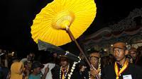 Para abdi dalem sedang membawa salah satu pusaka yang dkirab pada malam 1 Suro di Keraton Kasunanan Surakarta,Kamis malam (21/9).(Liputan6.com/Fajar Abrori)