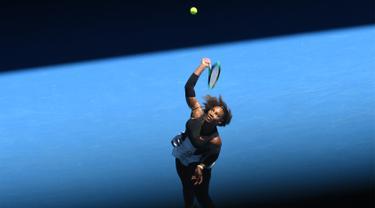 Petenis AS, Serena Williams saat melawan Nicole Gibbs di putaran ketiga Austalia Open, Melbourne, Australia (21/1). Serena berhasil mengalahkan Nicole Gibs dengan skor 6-1, 6-3. (AFP/Saeed Khan)