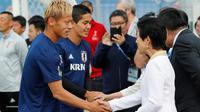 Putri Jepang, Hisako Takamado berjabat tangan dengan penyerang timnas Jepang, Keisuke Honda sebelum sesi latihan di Kazan, Kamis (21/6). Kunjungan menjelang laga kedua skuat Samurai Biru di Grup H Piala Dunia melawan Senegal. (AP/Eugene Hoshiko)