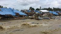 Sejumlah rumah roboh akibat banjing bandang di Kabupaten Sentani, Jayapura, (17/3). Banjir bandang Sentani menewaskan 70 orang dan puluhan luka-luka. (AFP/Netty Dharma Somba)