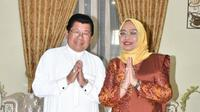 Mantan Gubernur Sulbar Anwar Adnan Saleh bersama istri Enny Anggraey Anwar (Liputan6.com/Abdul Rajab Umar)