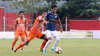 Gelandang Persiba Bantul, Johan Manaji (kanan), sedang dibidik PS Tira. (Bola.com/Ronald Seger Prabowo)